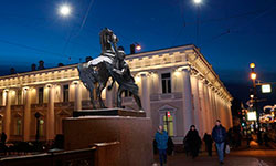 Памятники Петербурга подсветят